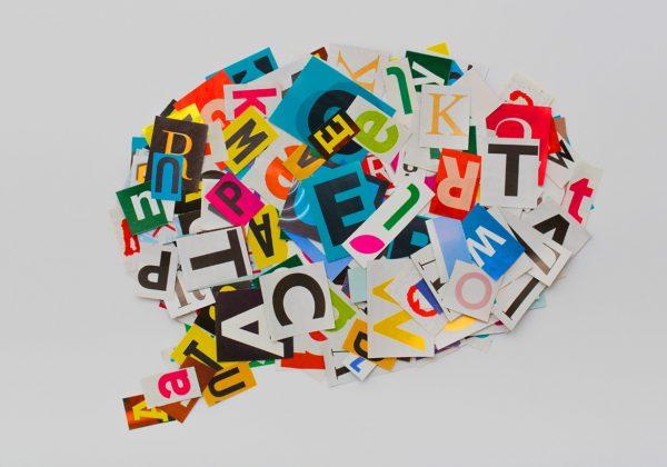 Arte, do fundo cinza, contendo um balão de pensamento composto por recortes de letras de revistas.