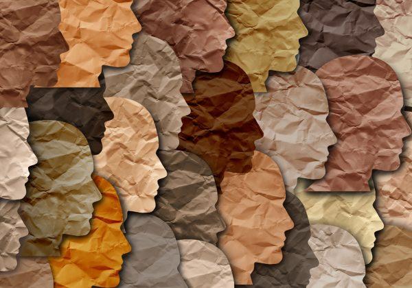 Arte com o contorno de rostos em perfil, de múltiplas cores. O desenho tem a textura de papel amassado aplicada.