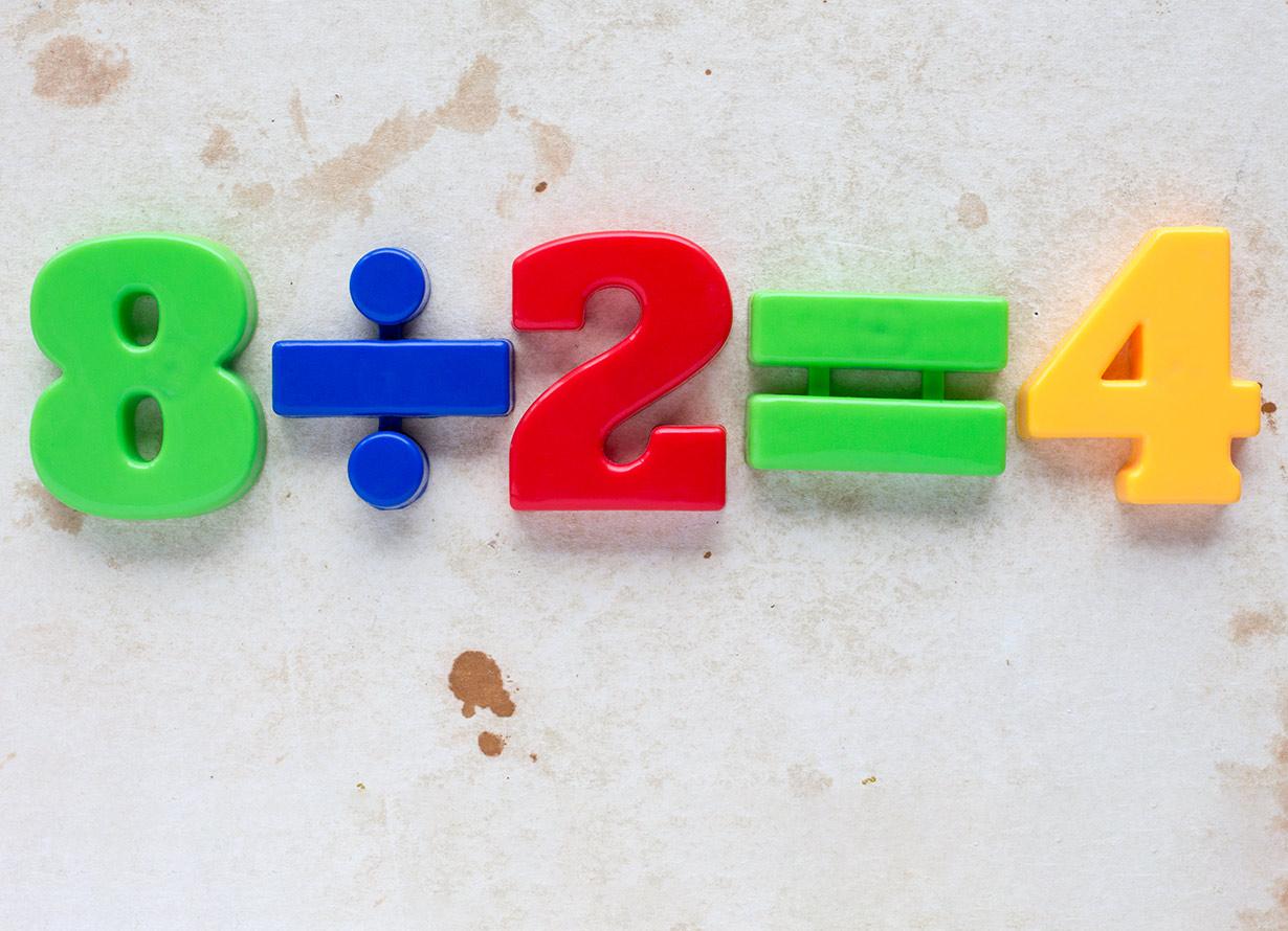 Foto da conta 8 dividido por 2 é igual a quatro em números e símbolos coloridos (crédito: GRAZVYDAS – iStock)