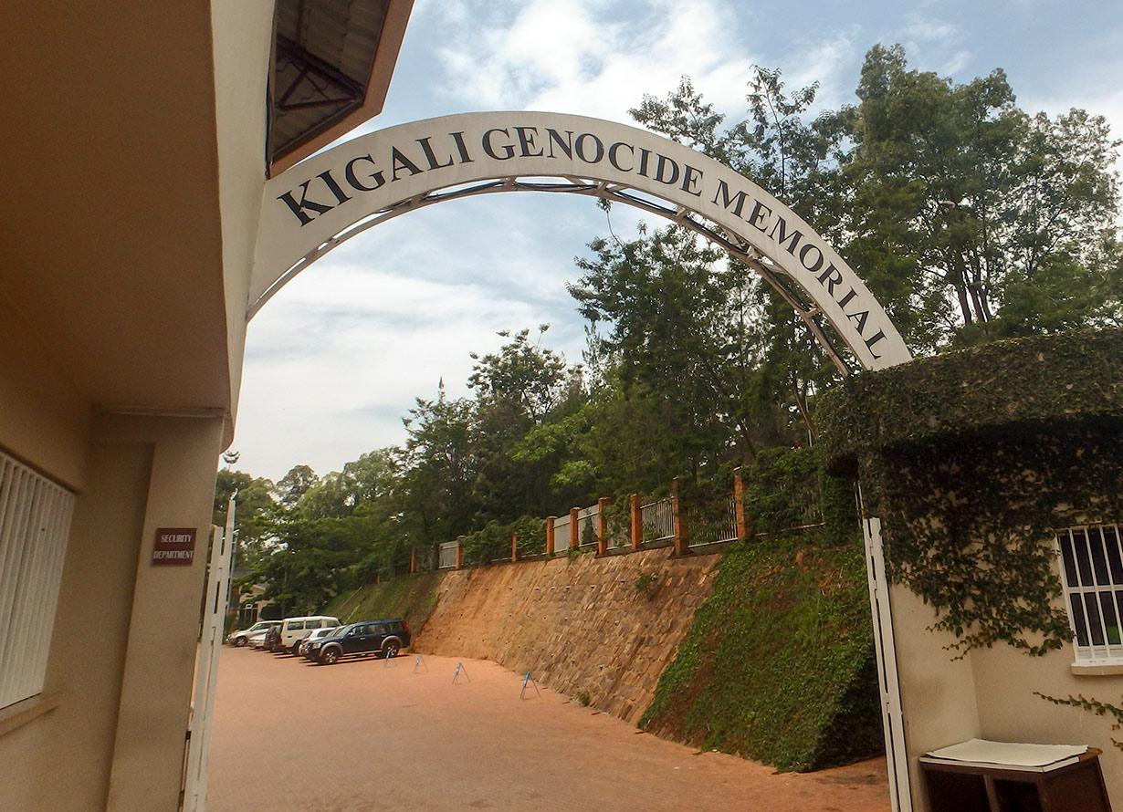 Foto da entrada do Kigali Genocide Memorial com um arco com esse nome em texto (crédito: karenfoleyphotography – iStock)