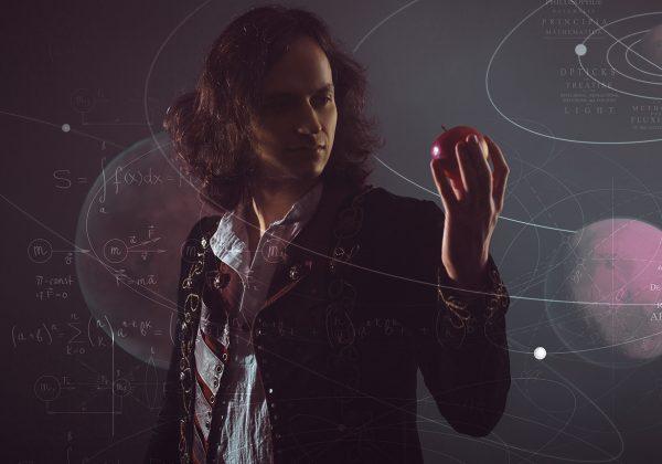 Arte com foto de um homem olhando para uma maçã que está em sua mão direita. A sua volta estão linhas e representações matemáticas.