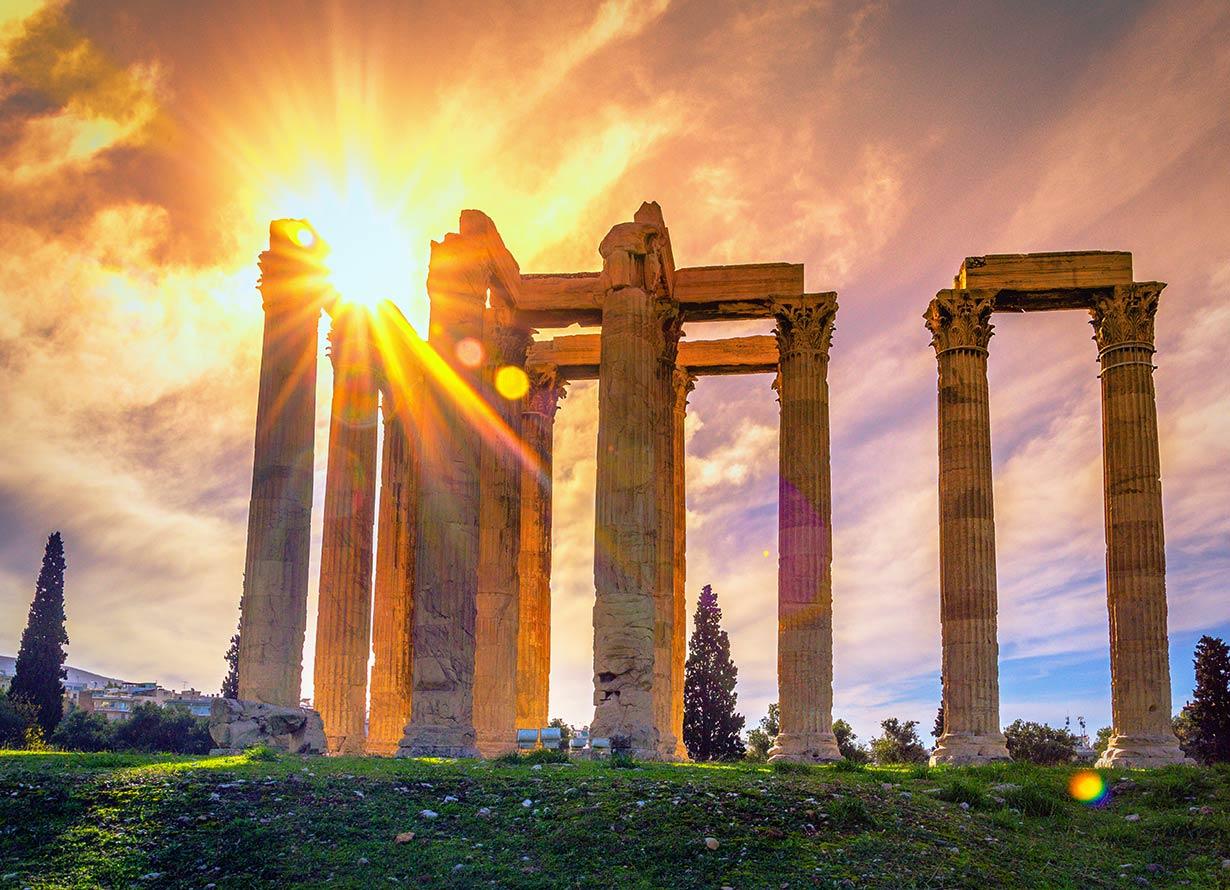Foto das ruínas do templo de Zeus, no centro de Atenas, na Grécia (crédito: Gatsi – iStock)