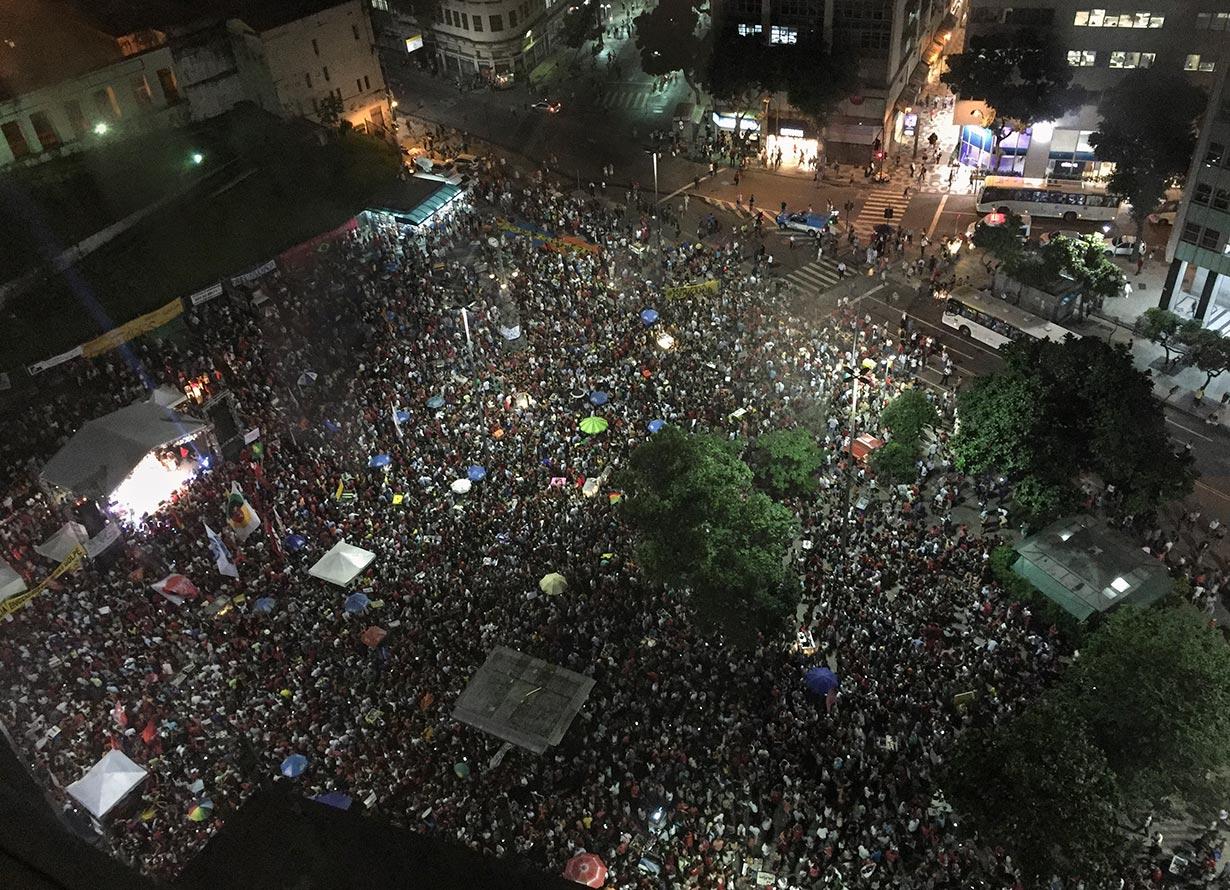 Foto tirada de cima de uma manifestação com um aglomerado de milhares de pessoas (crédito: pabst_ell – iStock)