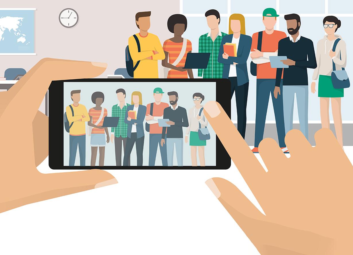 Arte com mãos segurando um celular fazendo uma foto de um grupo diverso de jovens que está no fundo de uma sala