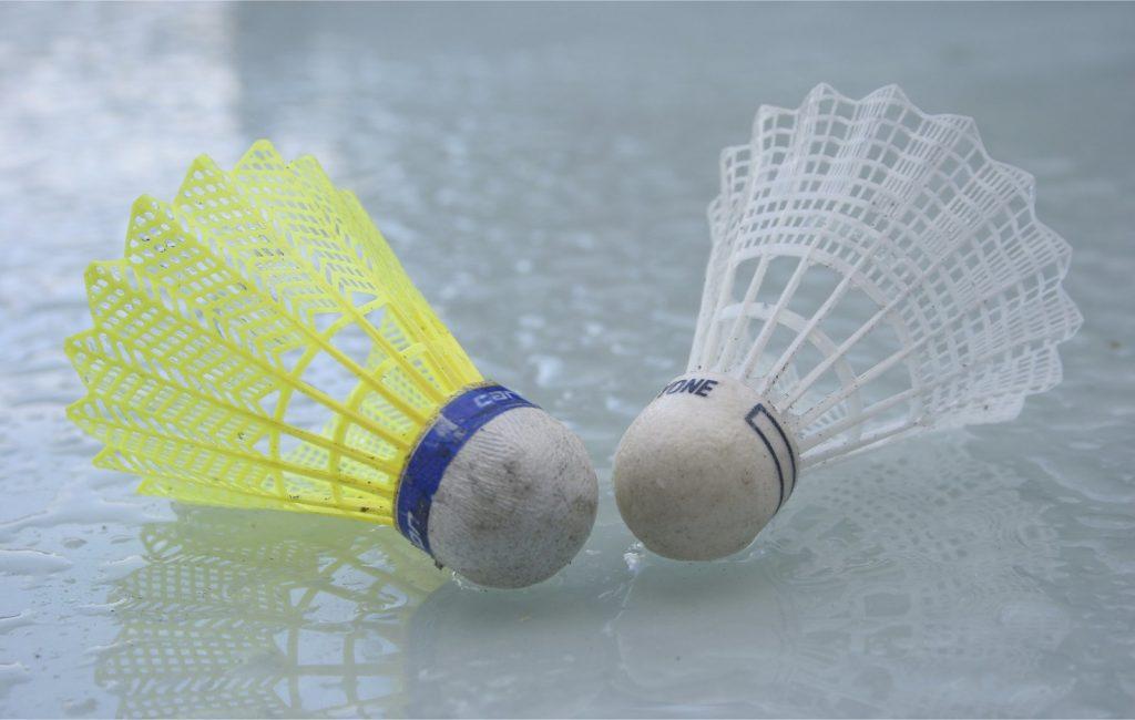 Foto em detalhe de dois volantes (peteca usada no jogo badminton)
