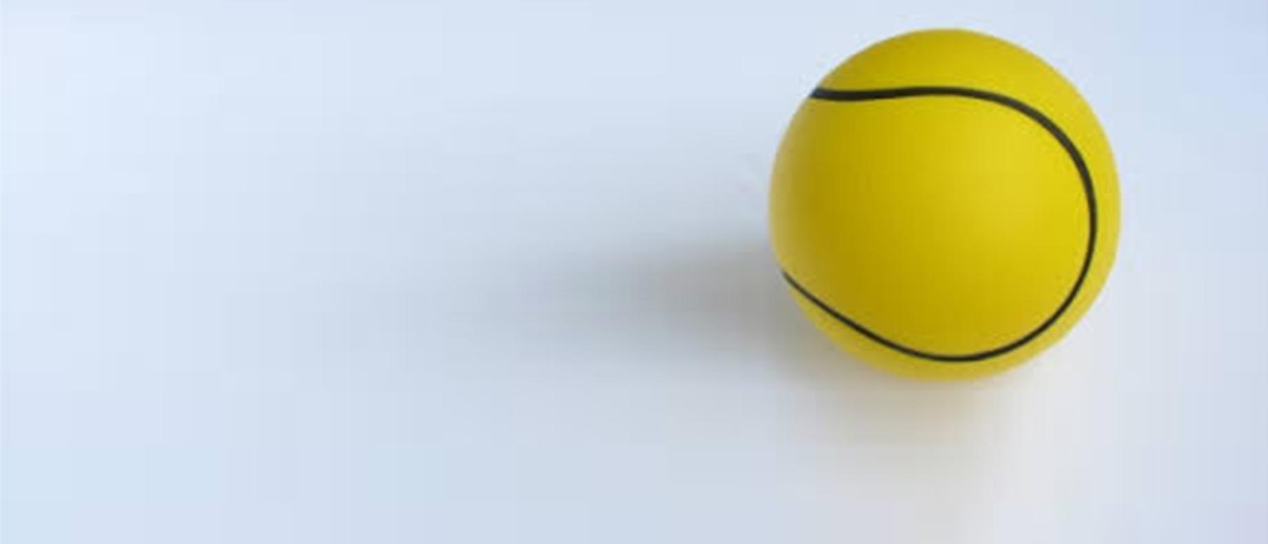 Foto de uma bola de tênis em fundo branco