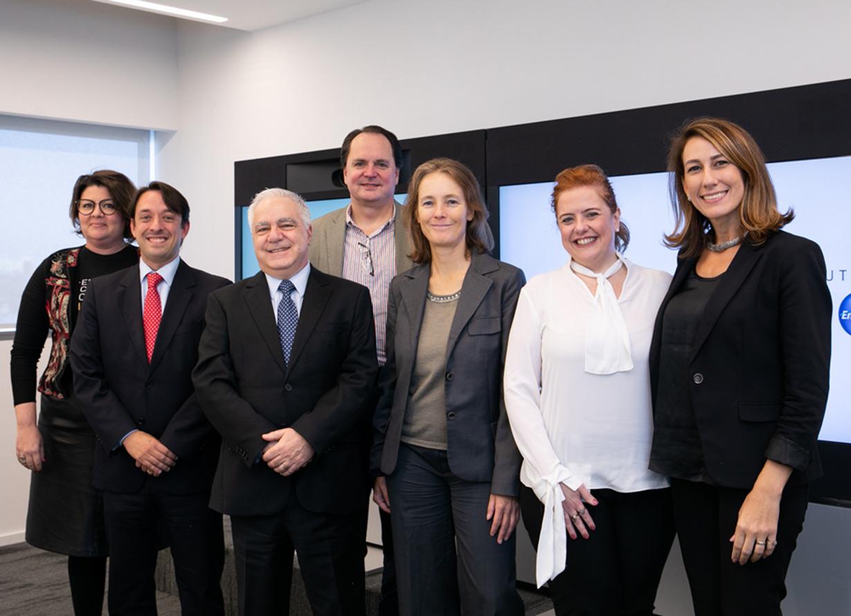 Foto de um grupo de executivos na Claro Brasil após assinatura de acordo com o Unicef