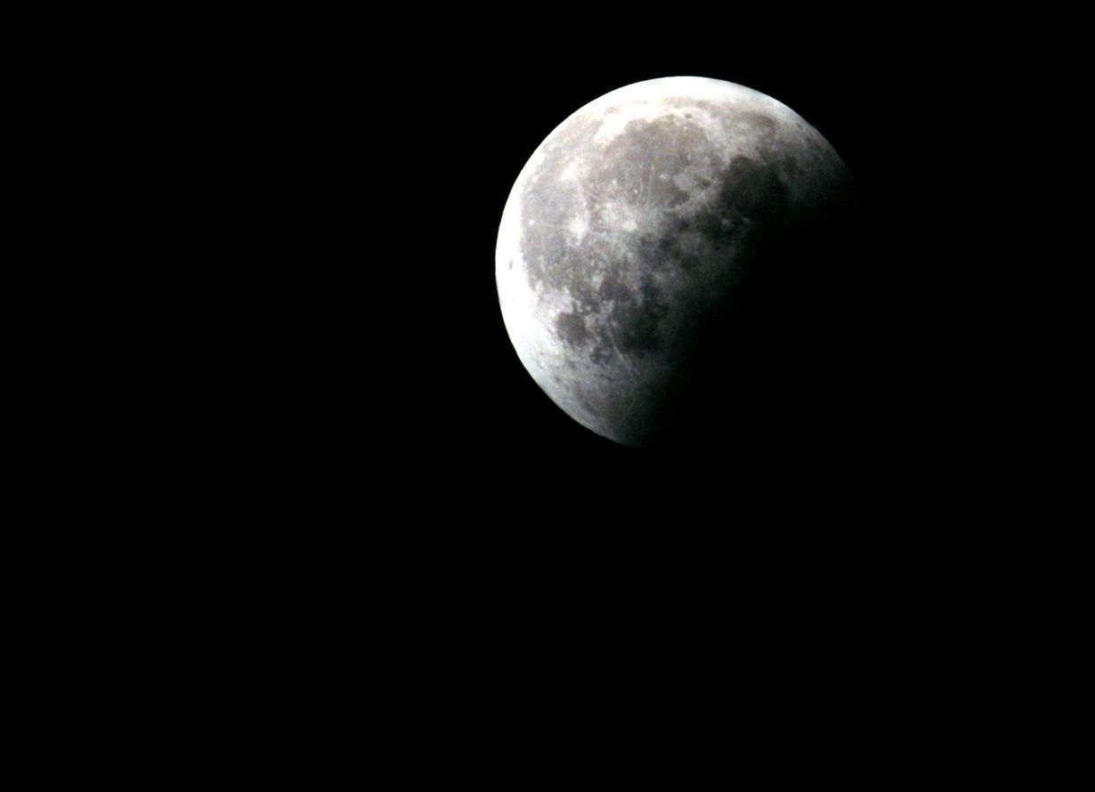 Foto da lua parcialmente escura