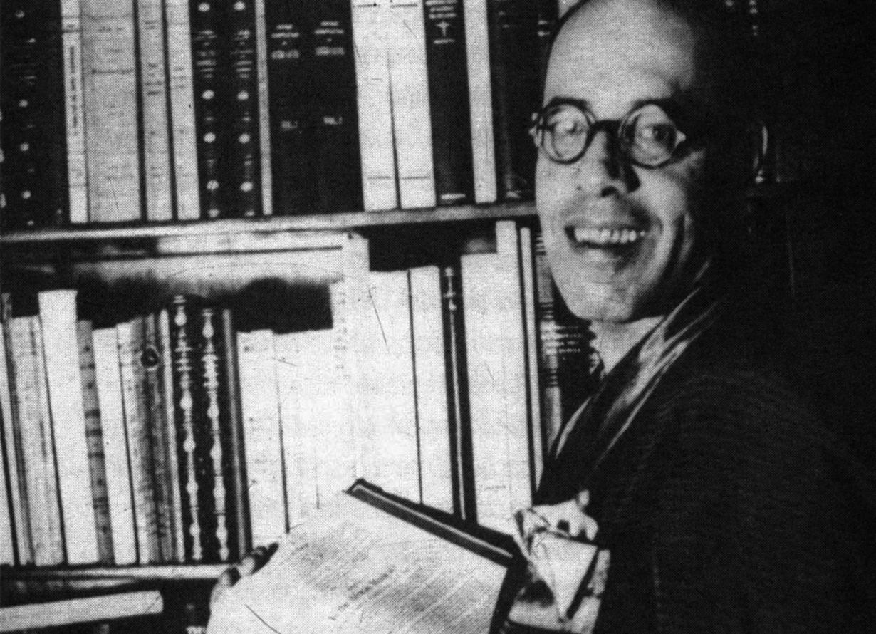 Foto em preto e branco do escritor Mário de Andrade sentado e sorrindo.