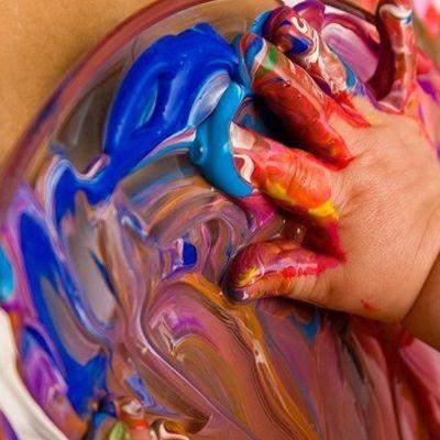 tintas e cores na aula de artes