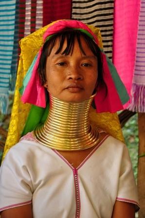 Foto de uma mulher asiática com diversos anéis no pescoço