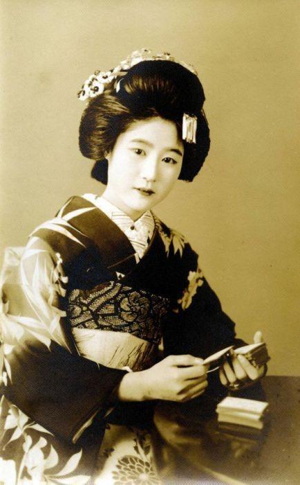 Foto em estilo sépia de uma gueixa japonesa