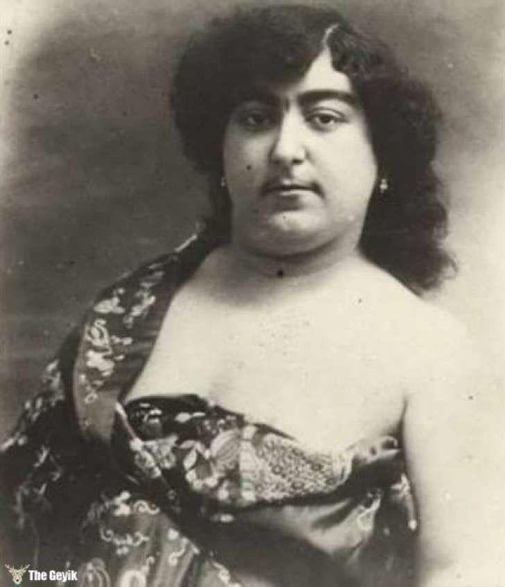 Foto em preto e branco da Princesa Zahra Khanom Tadj es-Saltaneh