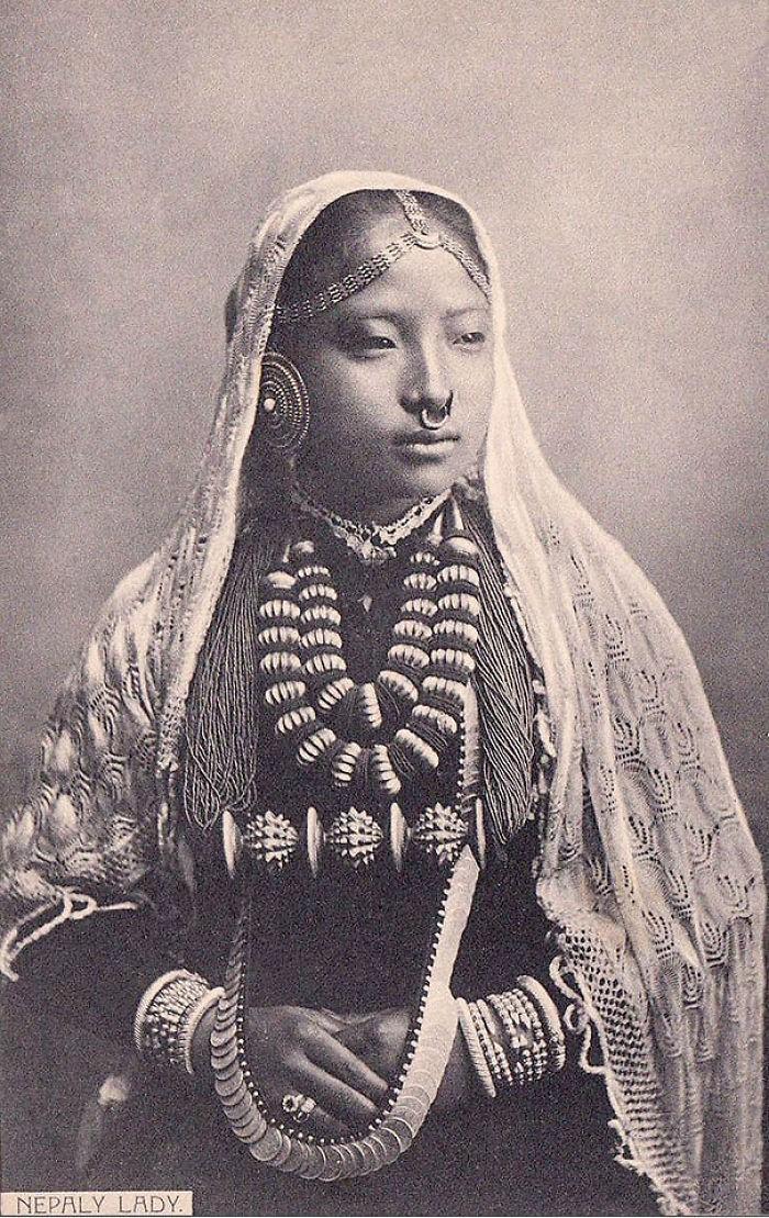 Foto de uma mulher nativa da região do Nepal