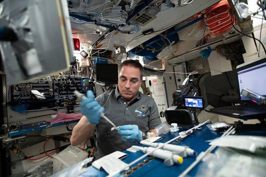astronauta na estação espacial
