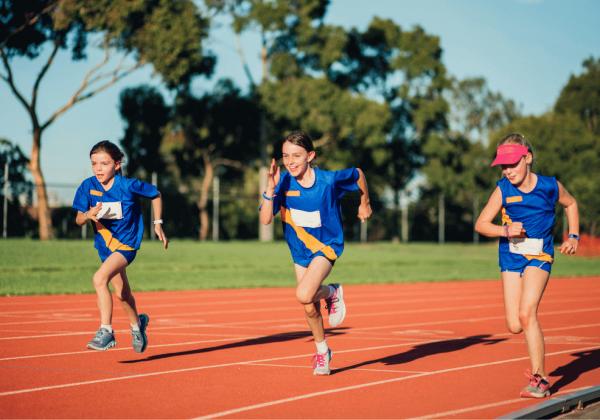 atletismo alunos correndo em pista