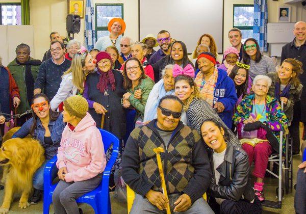 Foto de um grupo de colaboradores do Instituto NET Claro Embratel em uma ação voluntária no dia dos avós.