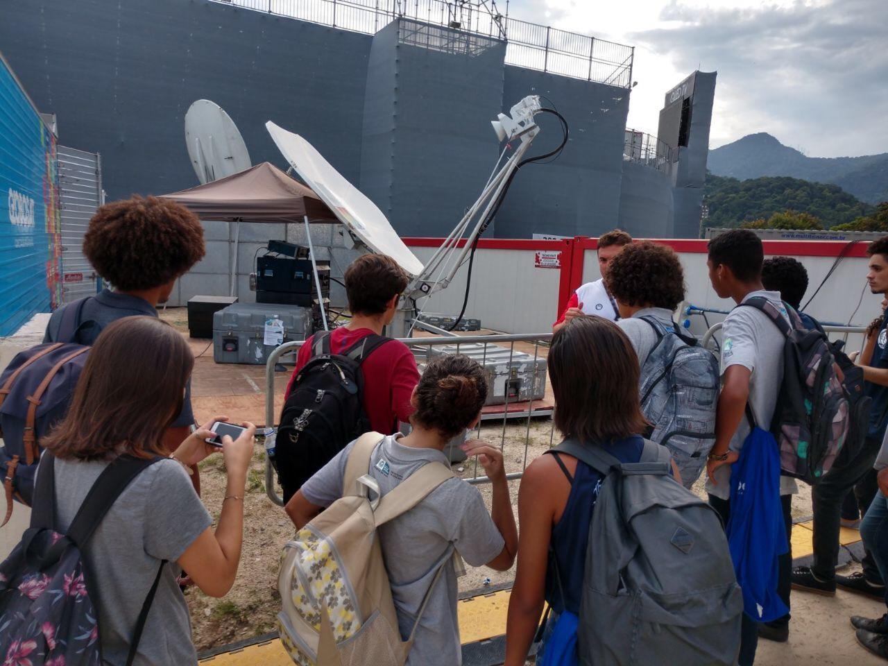 Foto de um grupo de jovens participando de uma visita técnica ao Rio Open