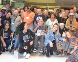 Foto de um grupo de pessoas da terceira idade com colaboradores da Claro Brasil no Dia dos Avós