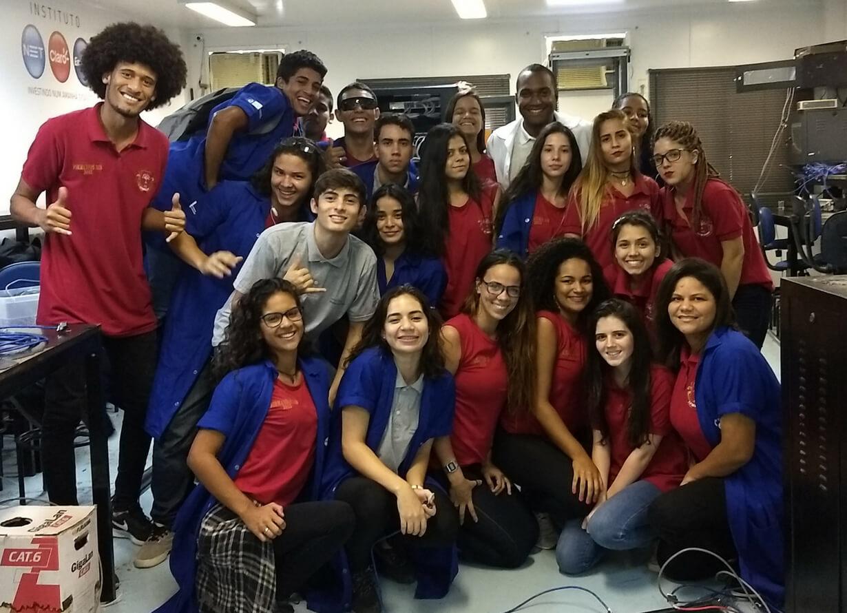Foto dos alunos do Dupla Escola lado a lado olhando para a frente e sorrindo