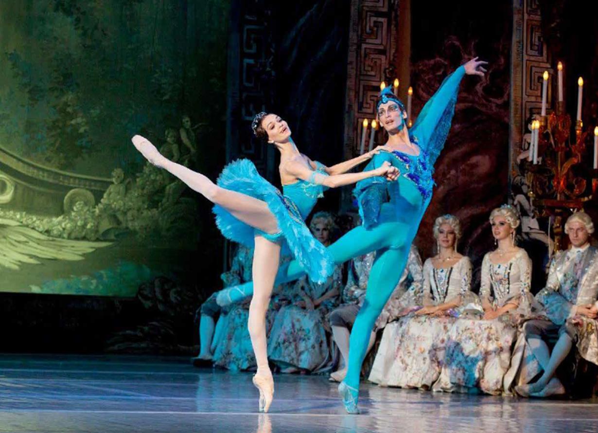 Foto de dois bailarinos. Um homem e uma mulher em um trecho do espetáculo A Bela Adormecida